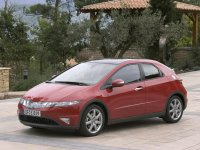 На Honda Civic VIII 5D решётка радиатора