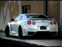 На Nissan GT-R R35 - задняя альтернативная оптика, фонари